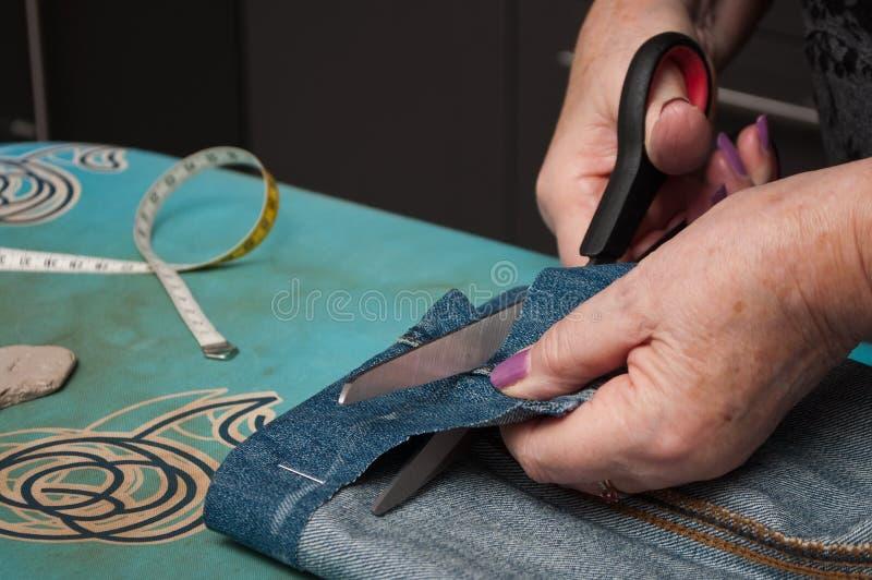 Vrouw met jeansboord stock foto