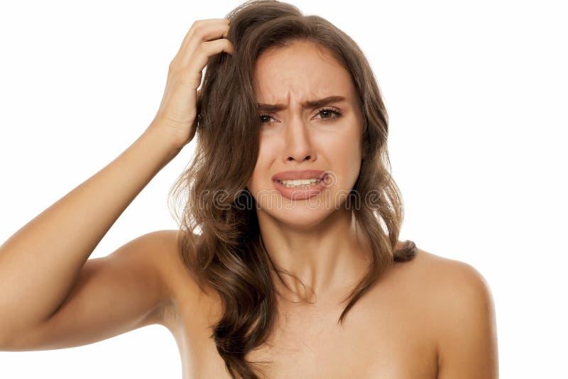 Vrouw met jeukerige scalp royalty-vrije stock foto's