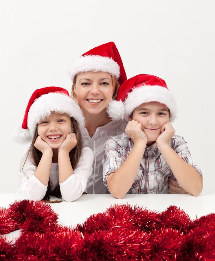 Vrouw met jonge geitjes in Kerstmistijd royalty-vrije stock foto