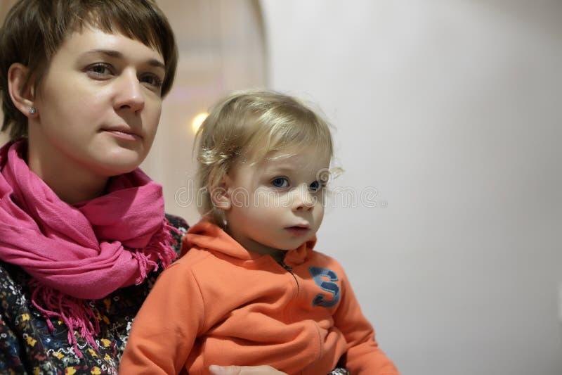 Vrouw met jongen in museum royalty-vrije stock afbeelding
