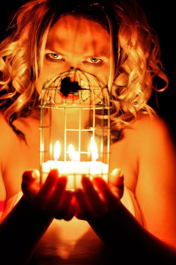 Vrouw met kaarsen stock fotografie
