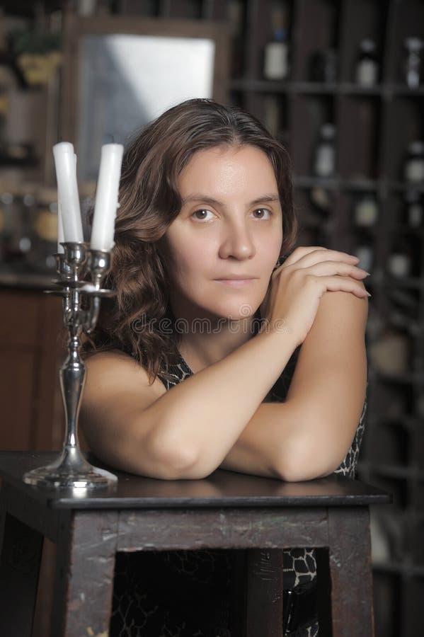Vrouw met kaarsen royalty-vrije stock afbeeldingen