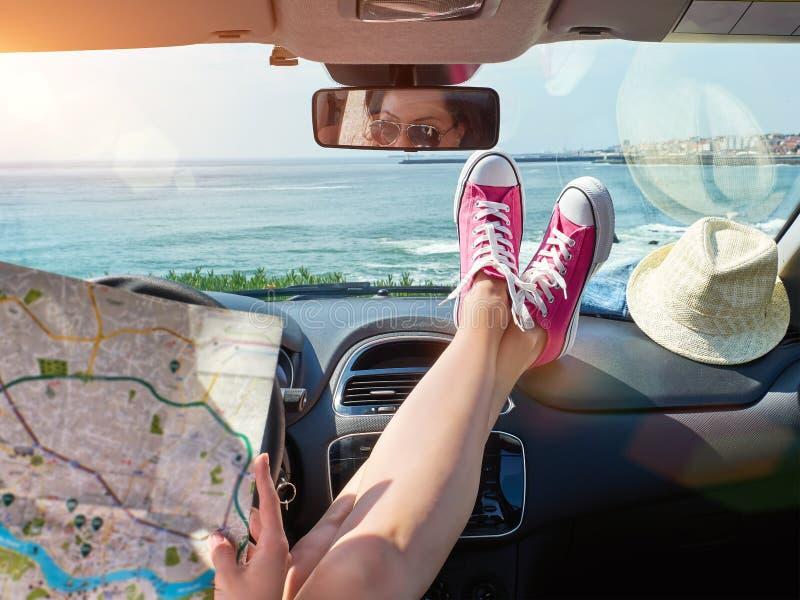Vrouw met kaart in haar handen binnen de auto stock afbeeldingen