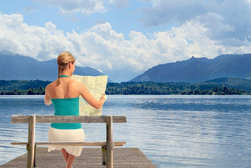 Vrouw met kaart op een meer royalty-vrije stock foto