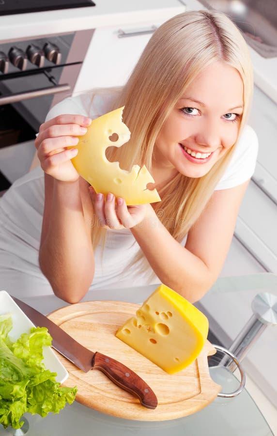 Vrouw met kaas stock foto's