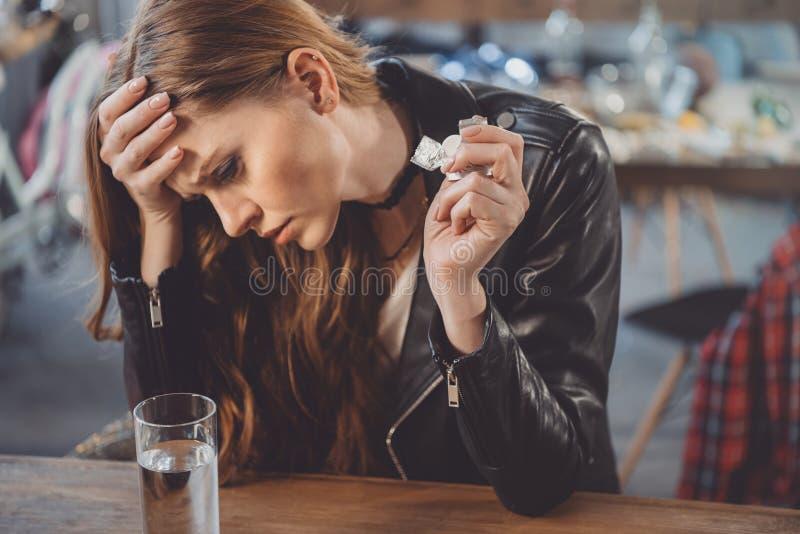 Vrouw met kater met geneesmiddelen in slordige ruimte stock afbeeldingen