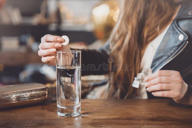 Vrouw met kater met geneesmiddelen in slordige ruimte royalty-vrije stock afbeeldingen