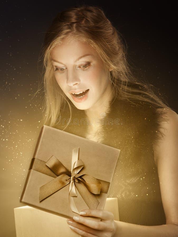 Vrouw met Kerstmisgift royalty-vrije stock foto's