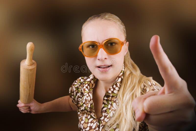 vrouw met keukenhulpmiddel (deegrol) stock foto's