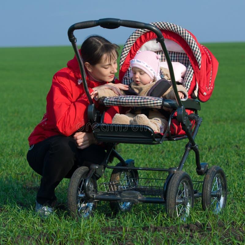 Vrouw met kinderwagen royalty-vrije stock afbeelding