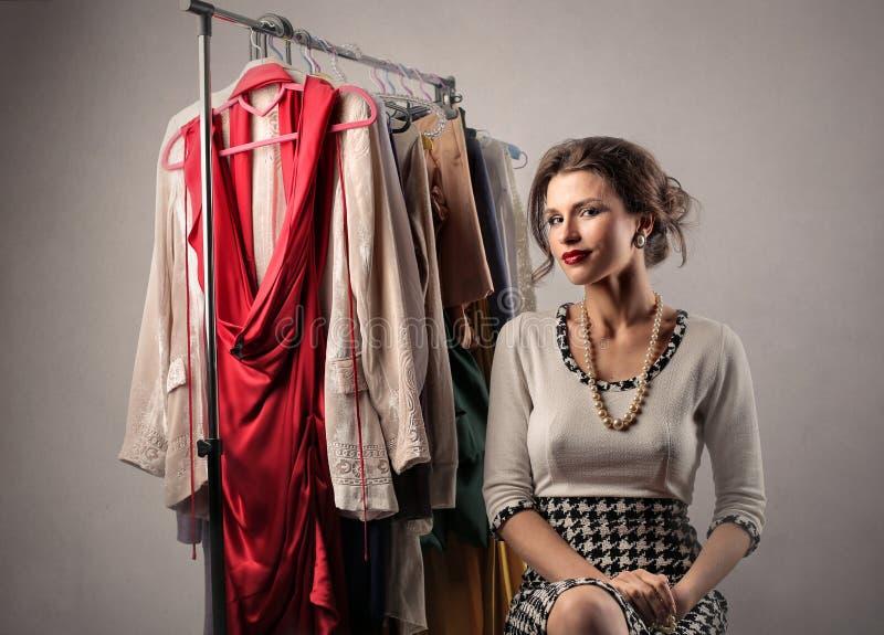 Vrouw met kleding stock foto