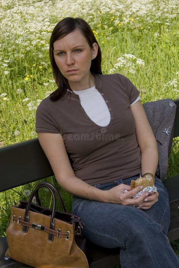 Vrouw met kleine snack stock foto