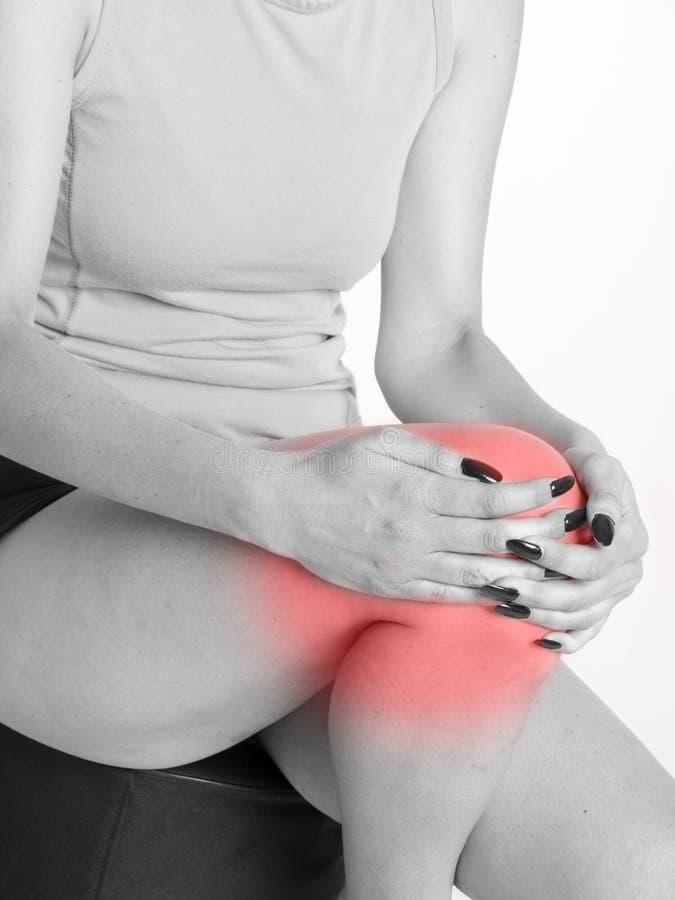 Vrouw met knie gezamenlijke pijn royalty-vrije stock afbeelding