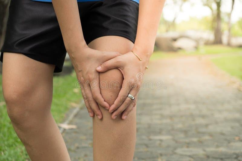 Vrouw met kniepijn, artrose van de knie stock foto