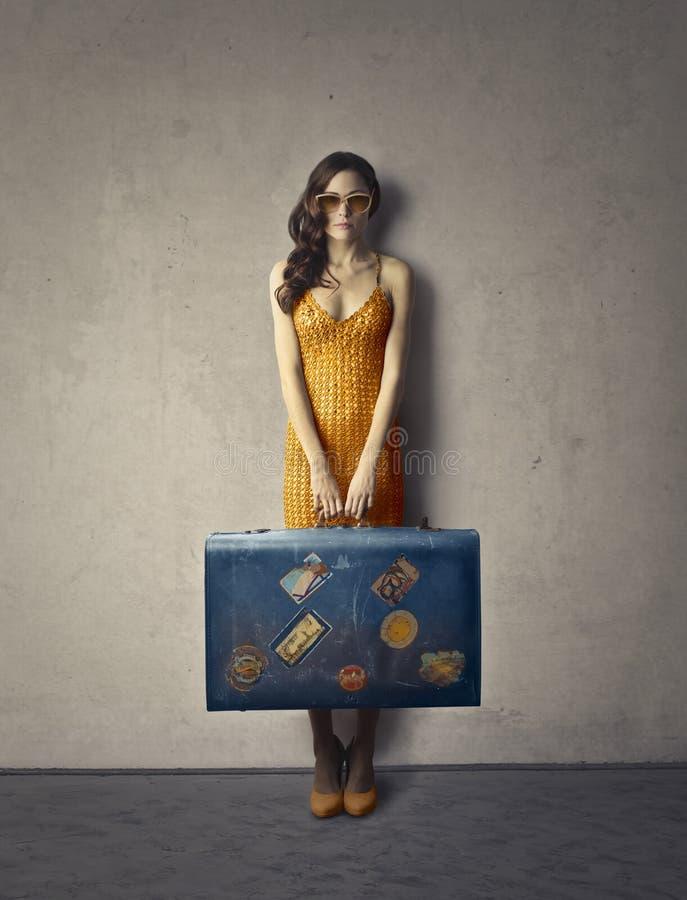 Vrouw met koffer royalty-vrije stock afbeeldingen