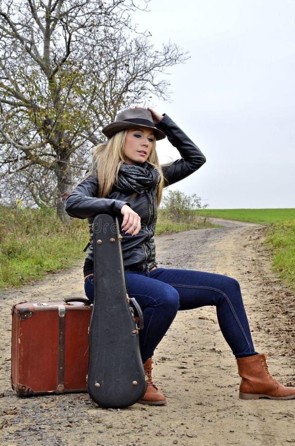 Vrouw met koffer en viool royalty-vrije stock foto's