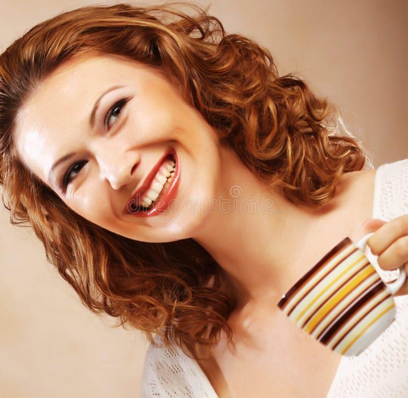 Download Vrouw met koffie stock afbeelding. Afbeelding bestaande uit donker - 39110561