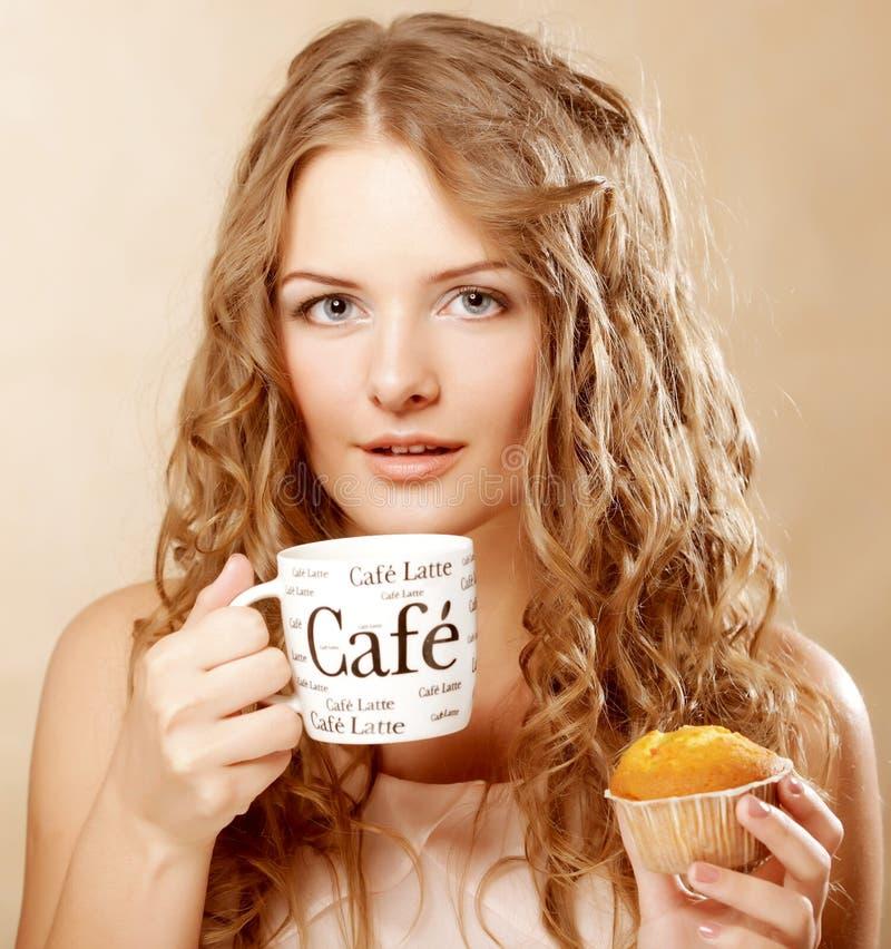 Vrouw met koffie en cake stock fotografie