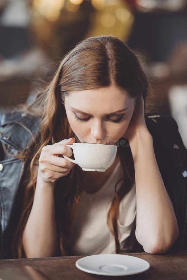 Vrouw met koffie in slordige ruimte na partij royalty-vrije stock afbeelding