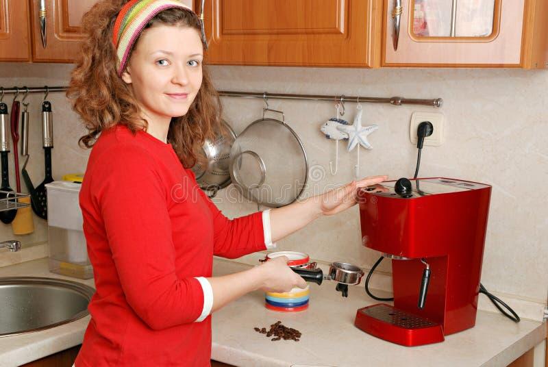 Vrouw met koffiemachine royalty-vrije stock afbeeldingen