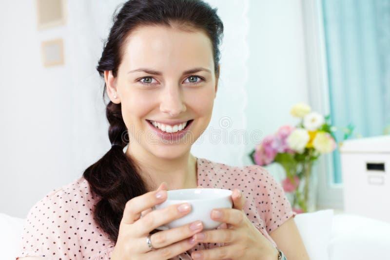 Download Vrouw met kop stock afbeelding. Afbeelding bestaande uit blouse - 29514383