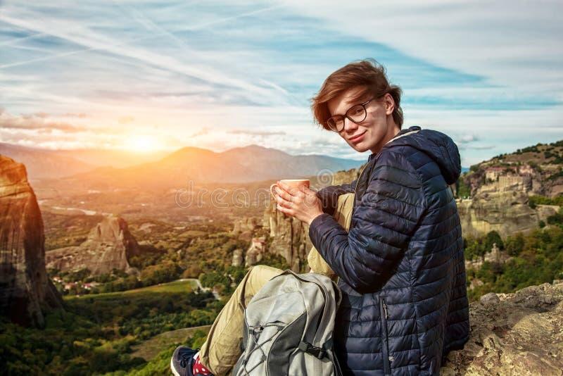 Vrouw met kop koffie die geniet van de berg stock foto's