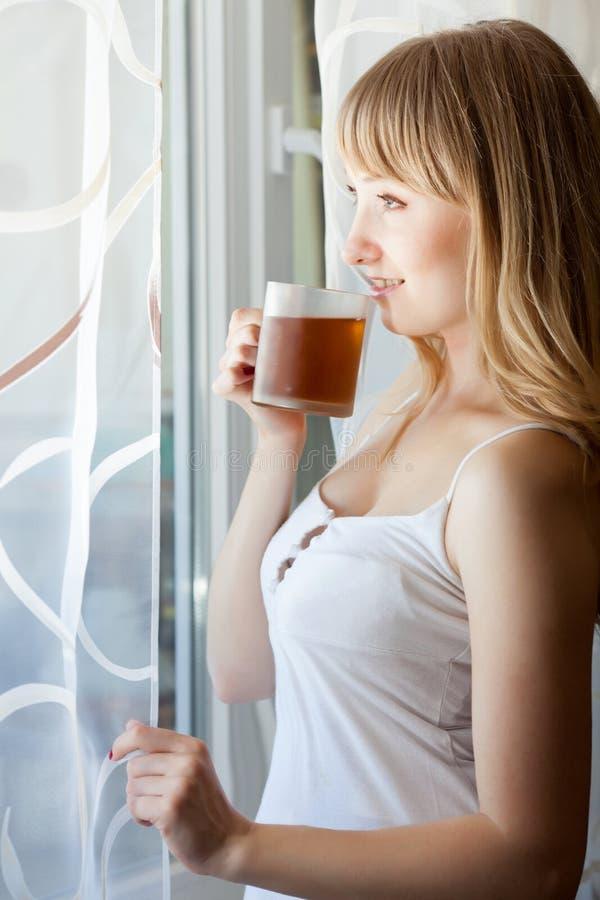 Vrouw met kop thee stock fotografie