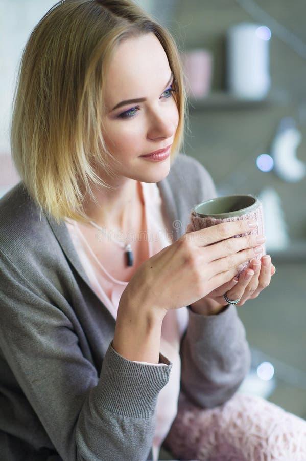 Vrouw met kop van hete drank royalty-vrije stock afbeeldingen