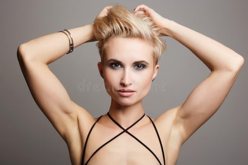 Vrouw met kort haar sterk blondemeisje stock fotografie
