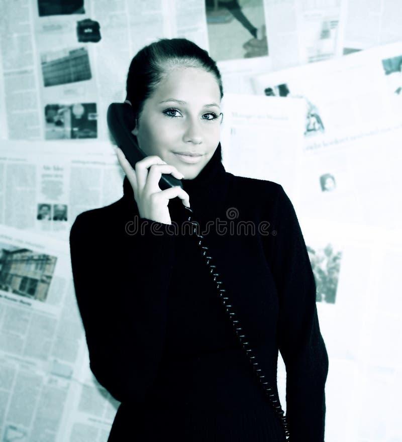 vrouw met krant royalty-vrije stock foto's