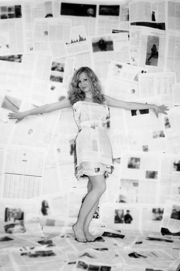 vrouw met krant royalty-vrije stock afbeeldingen