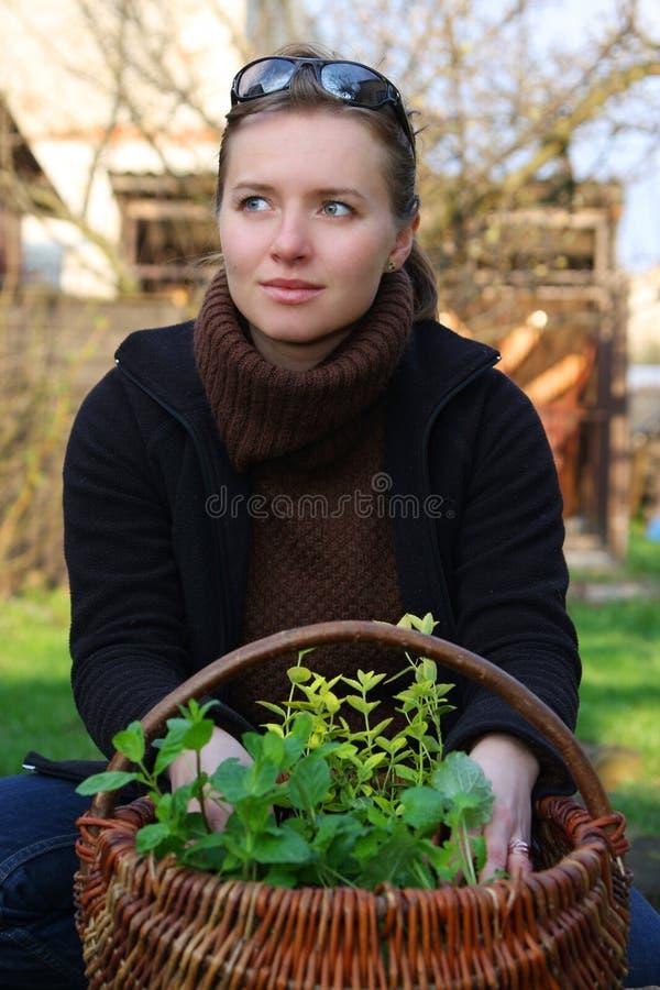 Vrouw met kruiden stock foto's