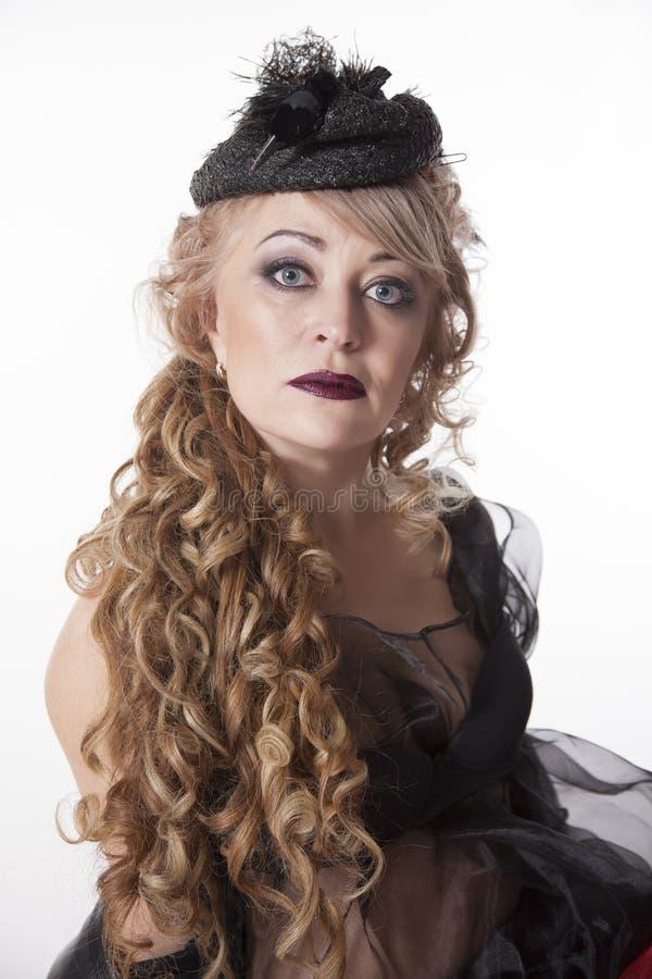 Vrouw met krullend haar in mooie hoed royalty-vrije stock foto