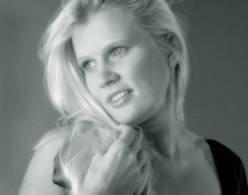 Vrouw met lang blond haar royalty-vrije stock afbeelding