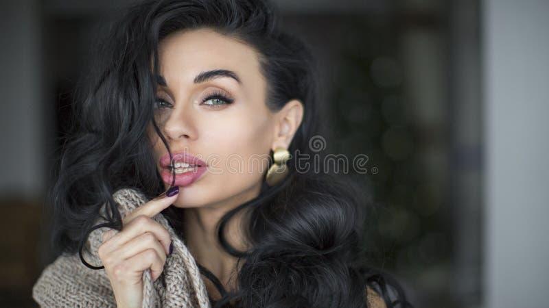 Vrouw met lang krullend zwart haar Schoonheid en haarverzorgingconcept royalty-vrije stock afbeeldingen