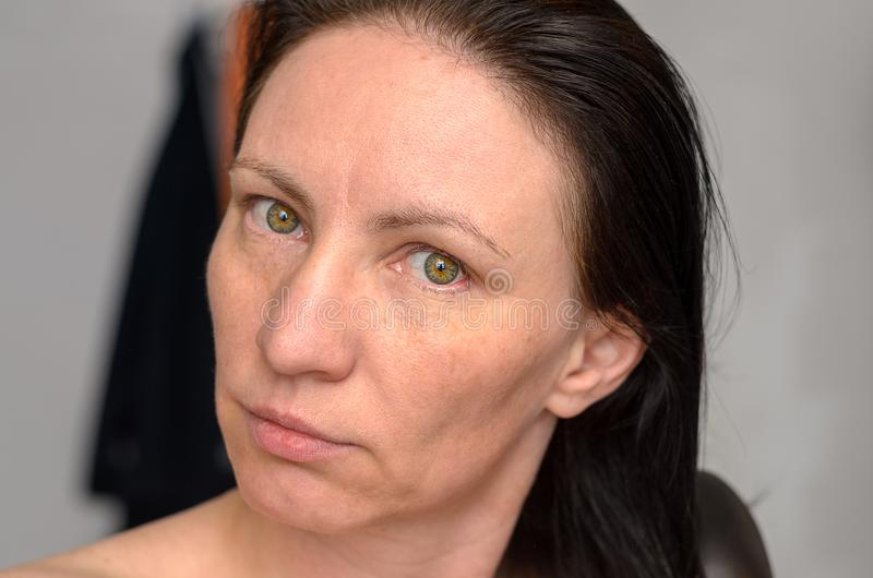 Vrouw met lange bruine haarring het royalty-vrije stock fotografie