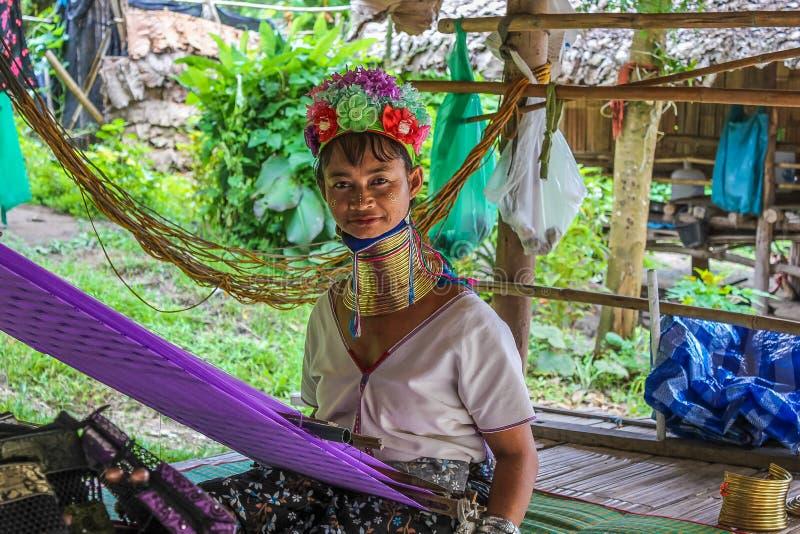 Vrouw met lange hals Karen die bij het weefgetouw werken royalty-vrije stock afbeelding