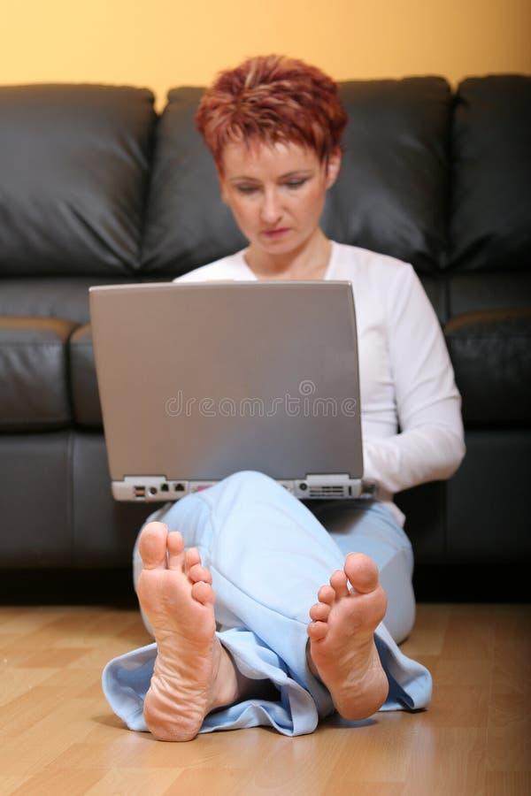 Vrouw met Laptop Computer royalty-vrije stock foto's