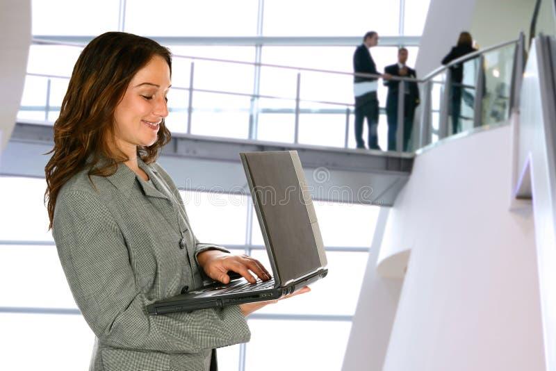 Vrouw met laptop in de bouw stock afbeelding