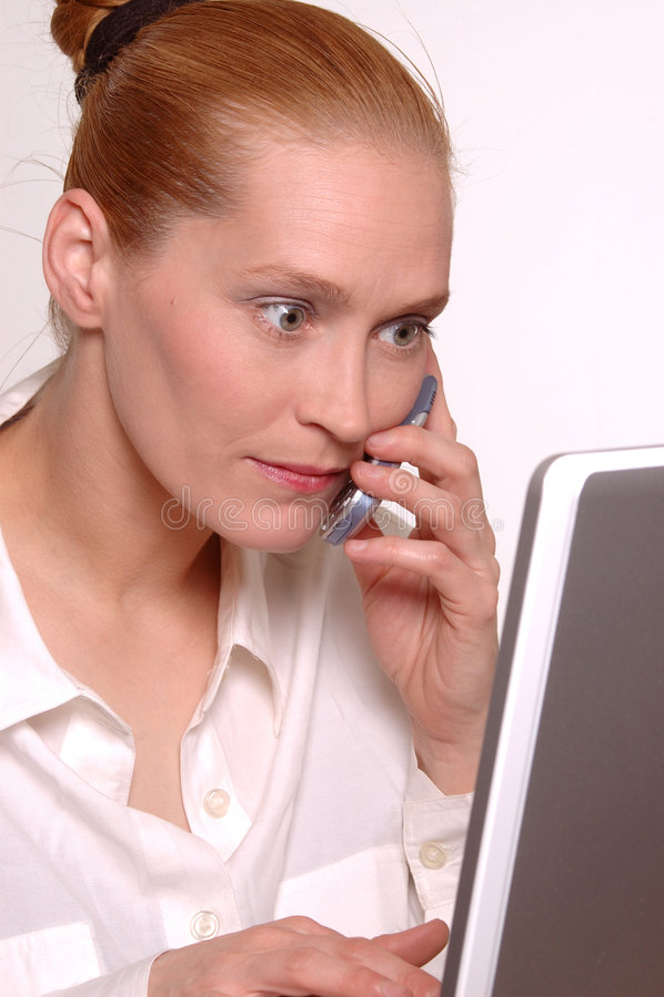 Vrouw met laptop en mobiel royalty-vrije stock afbeeldingen