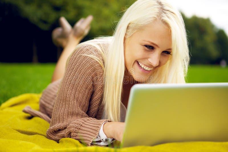 Vrouw met laptop het lachen royalty-vrije stock foto