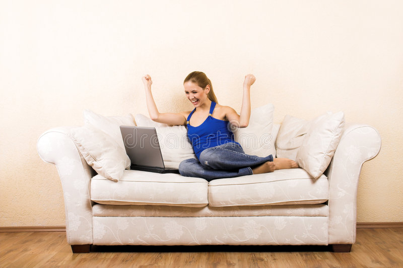 Vrouw met laptop op een zitkamer stock foto's
