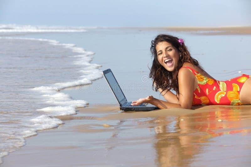 Vrouw met laptop in overzees stock afbeelding
