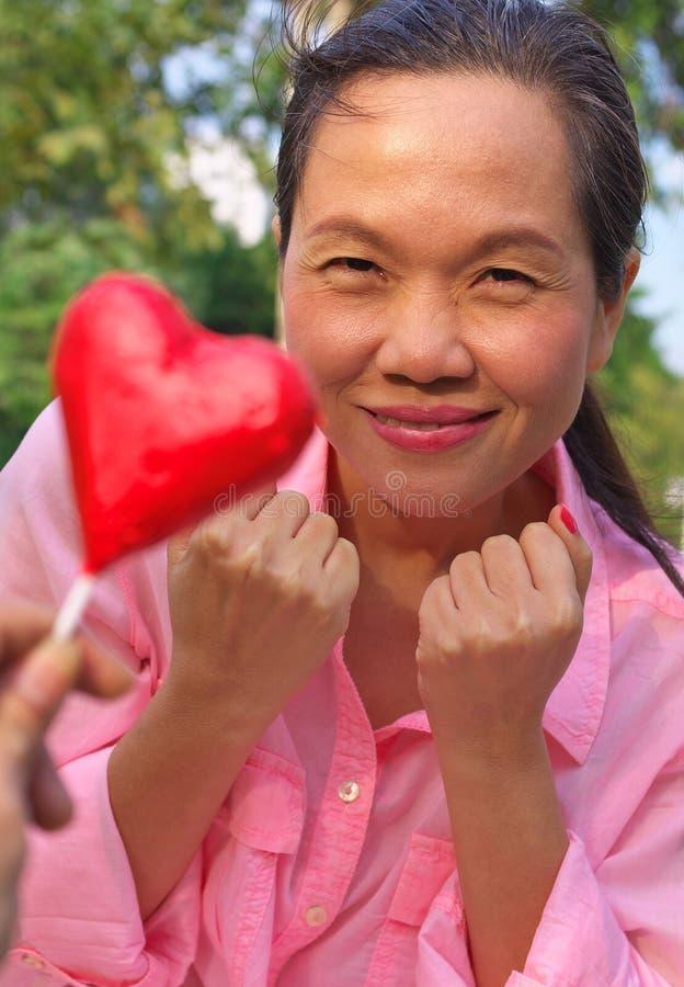Vrouw met liefdesymbool royalty-vrije stock fotografie
