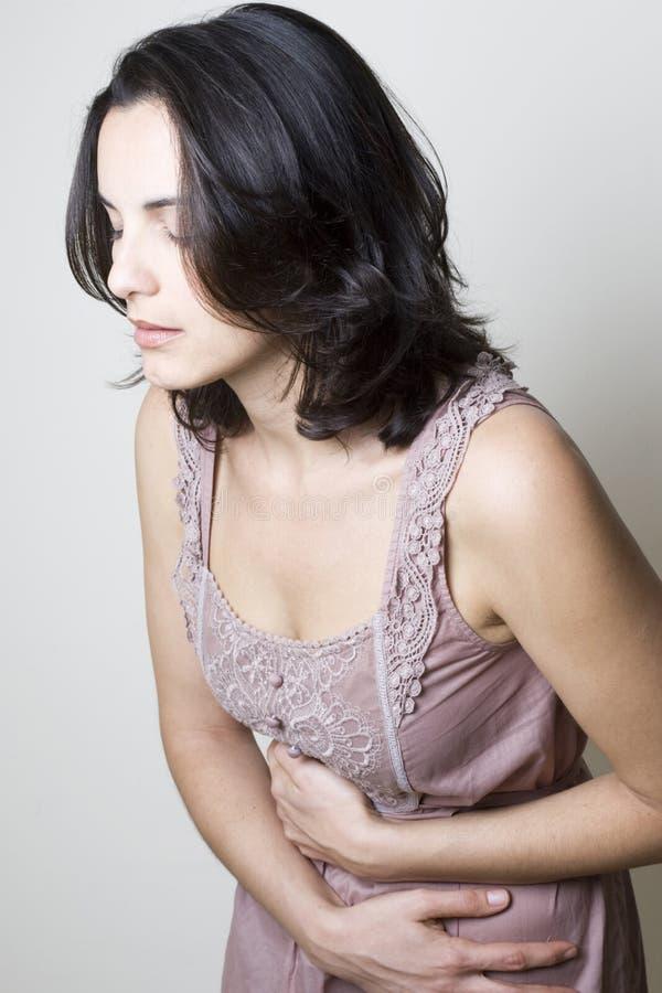 Vrouw met maagpijn stock afbeeldingen