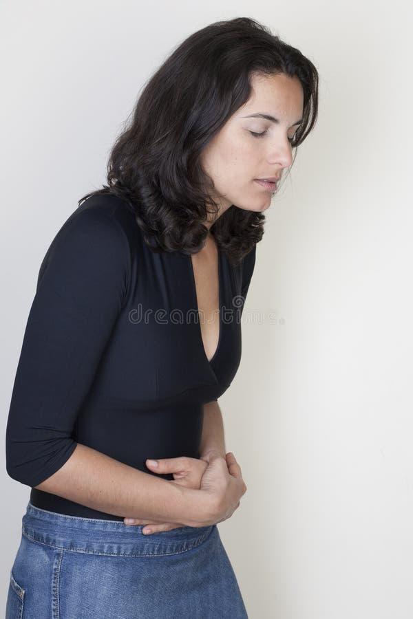 Vrouw met maagpijn stock fotografie