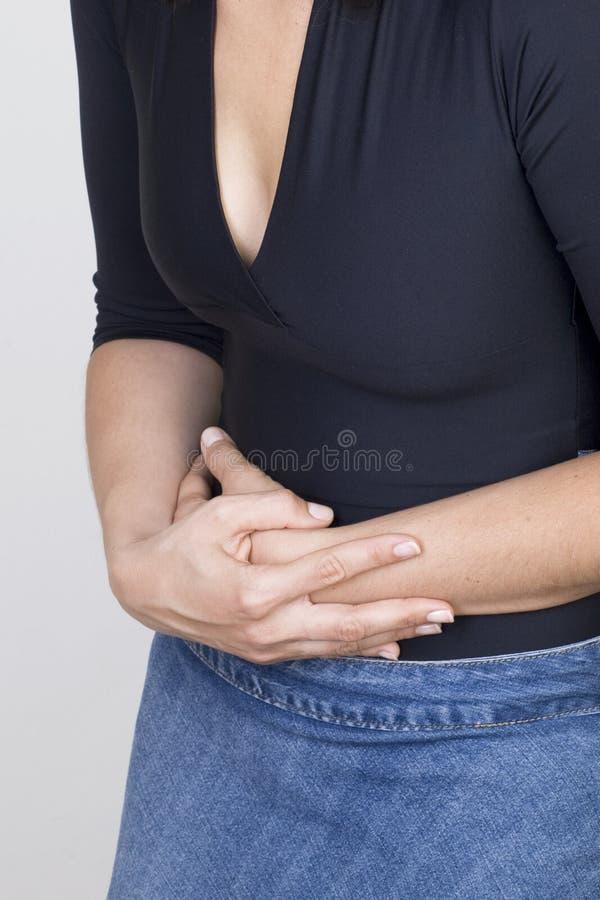 Vrouw met maagpijn stock foto