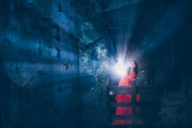 Vrouw met magisch licht in een donker bos royalty-vrije stock afbeeldingen