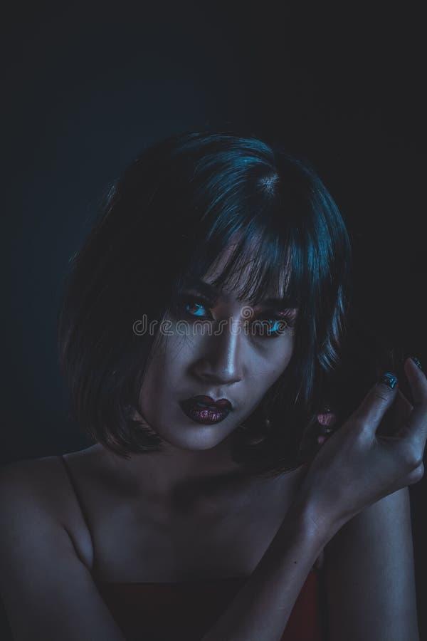 Vrouw met make-up in donkere toonafbeelding stock afbeeldingen