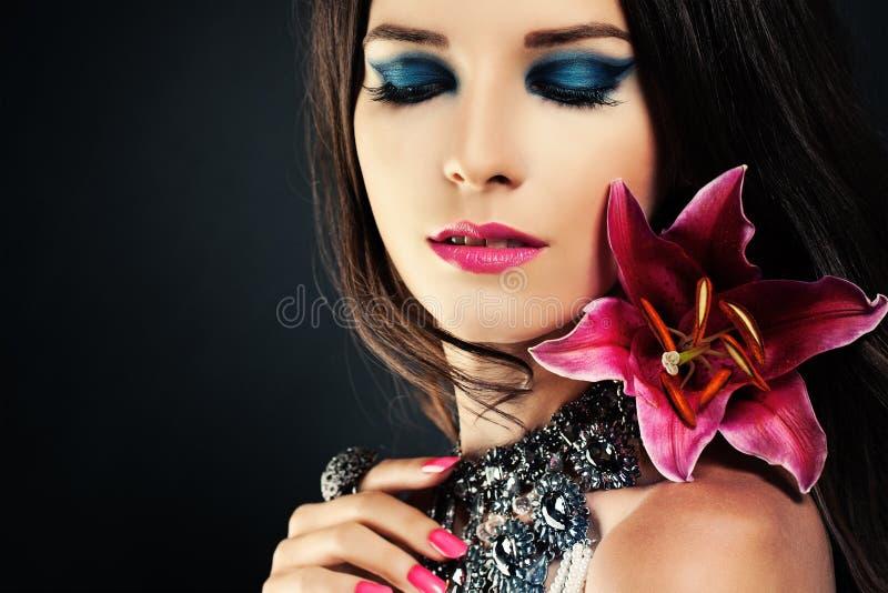 Vrouw met Make-up en Bloem royalty-vrije stock foto
